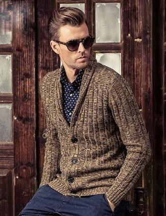 Comment porter: cardigan à col châle marron, chemise de ville imprimée noire et blanche, pantalon chino gris foncé, lunettes de soleil marron foncé