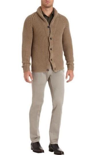 Comment porter: cardigan à col châle marron clair, chemise à manches longues olive, pantalon chino beige, chaussures richelieu en cuir marron foncé