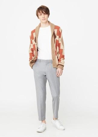 Comment porter: cardigan à col châle géométrique marron clair, t-shirt à col rond blanc, pantalon de costume gris, baskets basses en cuir blanches