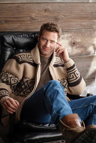 Comment porter: cardigan à col châle géométrique marron clair, t-shirt à col rond marron, jean bleu, bottes de loisirs en cuir marron
