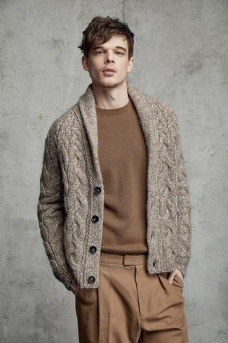 Comment porter: cardigan à col châle marron, pull à col rond marron, pantalon chino marron clair