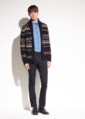 Comment porter: cardigan à col châle imprimé noir, chemise de ville en chambray bleue, pantalon de costume noir, chaussures derby en cuir noires