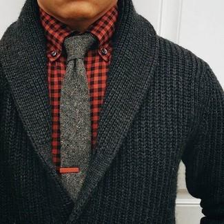Comment porter: cardigan à col châle noir, chemise de ville en vichy rouge, cravate en tricot grise