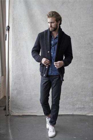Comment porter: cardigan à col châle noir, chemise en jean bleue, pantalon chino noir, baskets basses en cuir blanches
