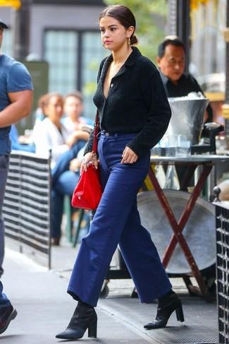 Comment porter: cardigan à col châle noir, pantalon large en denim bleu, bottines en satin noires, sac fourre-tout en cuir rouge