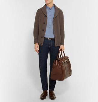 Comment porter des bottes brogue en cuir marron foncé: Marie un cardigan à col châle marron foncé avec un jean bleu marine pour une tenue idéale le week-end. Assortis cette tenue avec une paire de des bottes brogue en cuir marron foncé pour afficher ton expertise vestimentaire.