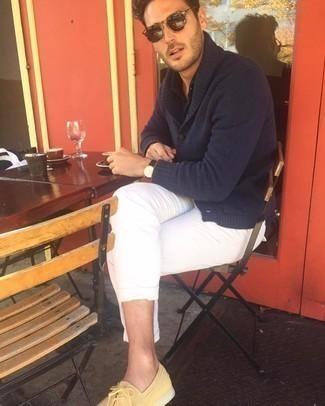 Comment porter une montre en cuir marron foncé: Pour une tenue aussi confortable que ton canapé, pense à associer un cardigan à col châle bleu marine avec une montre en cuir marron foncé. Jouez la carte classique pour les chaussures et termine ce look avec une paire de chaussures bateau en daim jaunes.