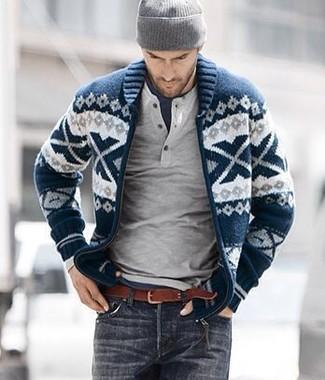 Comment porter: cardigan à col châle en jacquard bleu marine et blanc, pull à col boutonné gris, t-shirt à col rond bleu marine, jean gris foncé