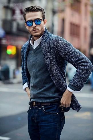 Essaie de marier un pull à col en v gris foncé Maerz avec un jean bleu marine pour une tenue idéale le week-end.