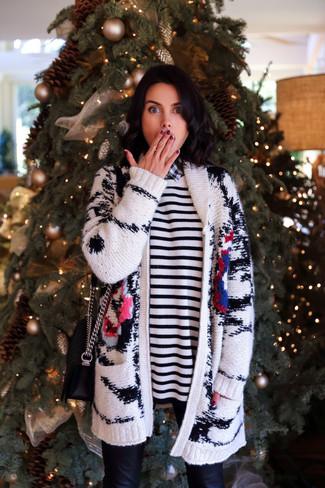 Comment porter un pull à col rond à rayures horizontales blanc et noir: Marie un pull à col rond à rayures horizontales blanc et noir avec un jean skinny en cuir noir pour créer un style chic et glamour.