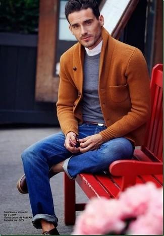Comment porter: cardigan à col châle tabac, pull à col rond gris foncé, chemise de ville blanche, jean bleu