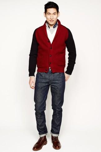 Comment porter: cardigan à col châle rouge, pull à col rond blanc, jean gris foncé, bottes de loisirs en cuir marron