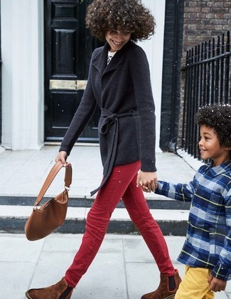 Comment porter: cardigan à col châle noir, pull à col rond imprimé léopard blanc et noir, jean skinny rouge, bottines chelsea en daim marron