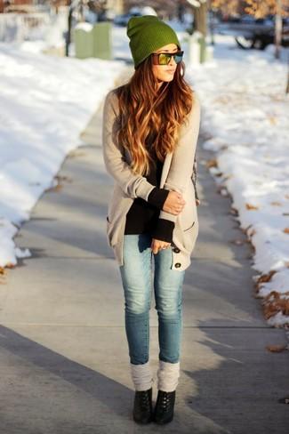 Pour créer une tenue idéale pour un déjeuner entre amis le week-end, pense à harmoniser un cardigan à col châle beige femmes Maison Margiela avec un jean skinny bleu. Une paire de des bottines en cuir noires est une façon simple d'améliorer ton look.