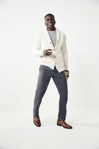Comment porter un cardigan à col châle: Associer un cardigan à col châle avec un pantalon chino gris est une option avisé pour une journée au bureau. Choisis une paire de des chaussures richelieu en cuir marron pour afficher ton expertise vestimentaire.