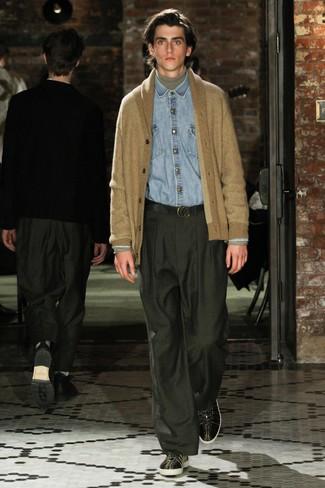 Comment porter: cardigan à col châle marron clair, pull à col roulé gris, chemise en jean bleu clair, pantalon de costume vert foncé