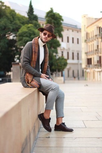 Comment porter un cardigan à col châle: Pense à opter pour un cardigan à col châle et un pantalon chino gris pour prendre un verre après le travail. Une paire de des chaussures derby en cuir marron foncé rendra élégant même le plus décontracté des looks.