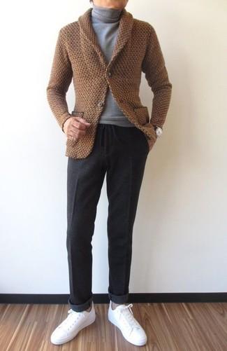 Comment porter: cardigan à col châle marron, pull à col roulé gris, pantalon de costume en laine gris foncé, baskets basses en cuir blanches