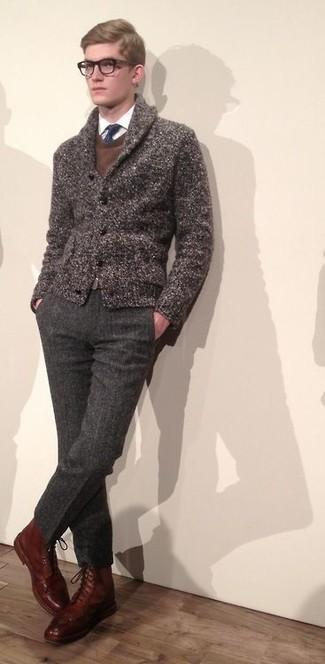 Comment porter un cardigan à col châle: Harmonise un cardigan à col châle avec un pantalon de costume en laine gris foncé pour une silhouette classique et raffinée. D'une humeur audacieuse? Complète ta tenue avec une paire de des bottes de loisirs en cuir marron.