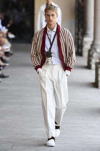 Comment porter: cardigan à col châle rouge et blanc, chemise à manches longues à rayures verticales blanche, pantalon de costume à rayures verticales blanc, baskets à enfiler en cuir blanches