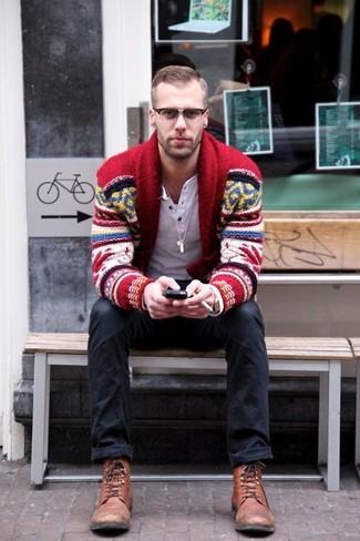 Comment porter: cardigan à col châle en jacquard rouge, t-shirt à manche longue et col boutonné blanc, jean noir, bottes de loisirs en cuir marron