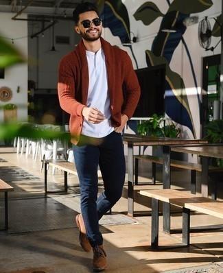 Comment porter un jean avec des bottes de loisirs: Pense à opter pour un cardigan à col châle rouge et un jean pour une tenue confortable aussi composée avec goût. Cet ensemble est parfait avec une paire de des bottes de loisirs.
