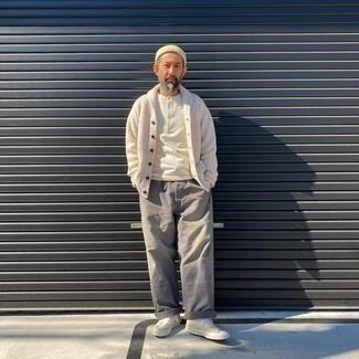 Comment porter un pantalon chino gris: Marie un cardigan à col châle blanc avec un pantalon chino gris pour créer un look chic et décontracté. Si tu veux éviter un look trop formel, assortis cette tenue avec une paire de baskets basses en toile jaunes.