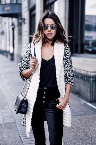 Comment porter: cardigan à col châle blanc et noir, t-shirt à col en v noir, jean en velours côtelé noir, sac bandoulière en cuir matelassé noir