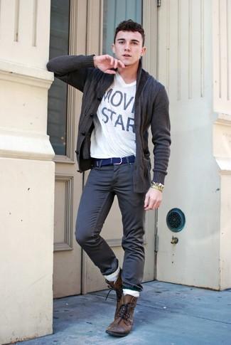 Comment porter: cardigan à col châle gris foncé, t-shirt à col en v blanc, jean gris foncé, bottes de loisirs en cuir marron