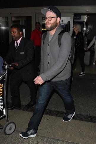 Tenue de Seth Rogen: Cardigan à col châle gris, T-shirt à col rond gris, Jean bleu marine, Chaussures de sport noires