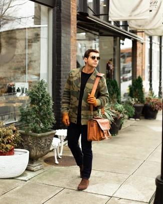 Comment porter: cardigan à col châle camouflage olive, t-shirt à col rond noir, jean noir, bottines chelsea en daim marron