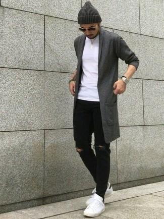 Comment porter: cardigan à col châle gris foncé, t-shirt à col rond blanc, jean skinny déchiré noir, baskets basses en cuir blanches