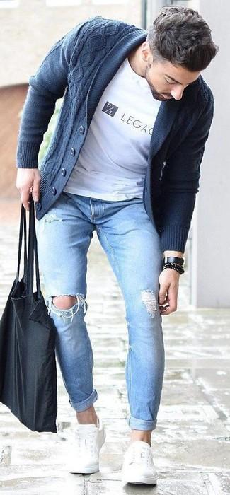Comment porter: cardigan à col châle bleu marine, t-shirt à col rond imprimé blanc, jean skinny déchiré bleu clair, baskets basses en cuir blanches