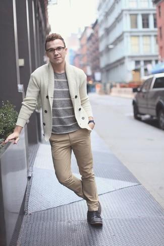 Comment porter un cardigan beige: Choisis un cardigan beige et un pantalon chino marron clair pour achever un look habillé mais pas trop. Cette tenue se complète parfaitement avec une paire de des bottines chukka en cuir noires.