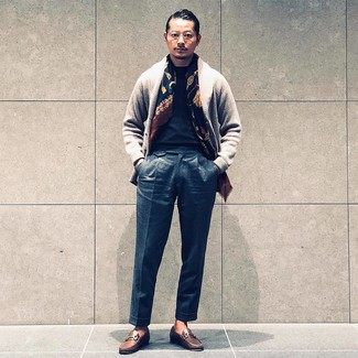 Comment porter: cardigan à col châle gris, t-shirt à col rond noir, pantalon de costume en laine gris foncé, slippers en cuir marron