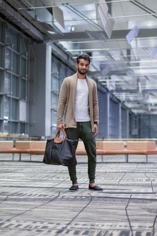Comment porter un cardigan à col châle: Associe un cardigan à col châle avec un pantalon de jogging vert foncé pour un look de tous les jours facile à porter. Une paire de des espadrilles en toile noires est une option judicieux pour complèter cette tenue.