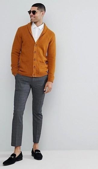 Comment porter un pantalon de costume à carreaux gris foncé: Marie un cardigan à col châle tabac avec un pantalon de costume à carreaux gris foncé pour un look pointu et élégant. Une paire de des slippers en daim noirs est une option avisé pour complèter cette tenue.