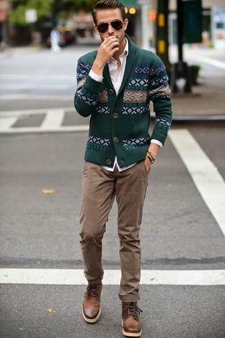 Comment porter: cardigan à col châle en jacquard vert foncé, chemise de ville blanche, pantalon chino marron clair, bottes de loisirs en cuir marron