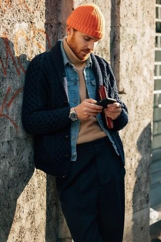 Comment porter: cardigan à col châle bleu marine, veste en jean bleue, pull à col roulé marron clair, pantalon de costume bleu marine