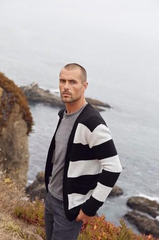 Comment porter: cardigan à rayures horizontales noir et blanc, t-shirt à col rond gris, jean gris foncé
