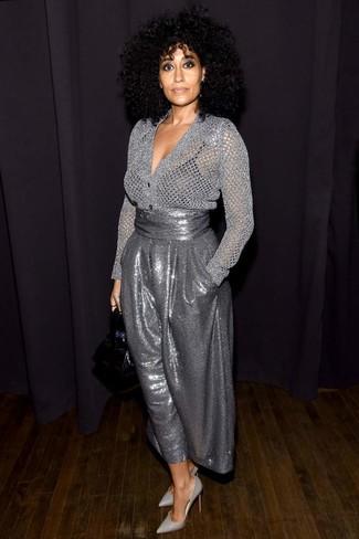 Comment porter: cardigan argenté, pantalon large pailleté argenté, escarpins en cuir gris, sac à main en cuir noir
