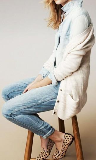 La polyvalence d'un cardigan beige femmes Maison Margiela et d'un jean bleu clair en fait des pièces de valeur sûre. Termine ce look avec une paire de des slippers en daim imprimés léopard bruns clairs.
