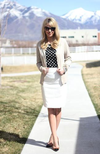 L'association d'un cardigan beige et d'une jupe crayon blanche peut te démarquer de la foule. Cet ensemble est parfait avec une paire de des escarpins en cuir noirs et bruns clairs.