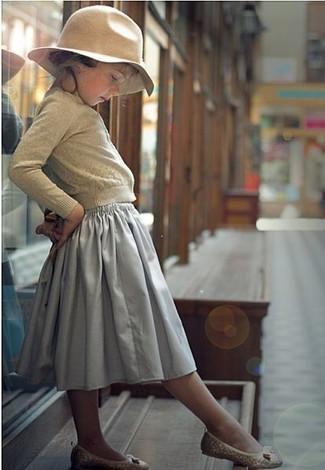 Comment porter: cardigan beige, jupe grise, ballerines beiges, chapeau beige