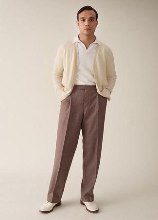 Comment porter un cardigan beige: Pour une tenue de tous les jours pleine de caractère et de personnalité associe un cardigan beige avec un pantalon chino marron. Transforme-toi en bête de mode et fais d'une paire de des chaussures derby en cuir blanches ton choix de souliers.