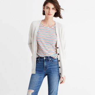 Ce combo d'un cardigan beige et d'un jean skinny déchiré bleu attirera l'attention pour toutes les bonnes raisons.