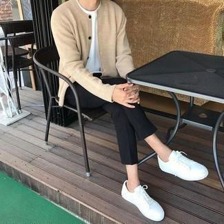 Comment porter un cardigan beige: Marie un cardigan beige avec un pantalon chino noir pour un look de tous les jours facile à porter. Si tu veux éviter un look trop formel, assortis cette tenue avec une paire de des baskets basses en cuir blanches.
