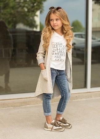 Comment porter: cardigan beige, t-shirt imprimé blanc, jean bleu, baskets beiges