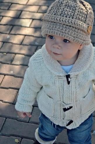 Comment porter: cardigan beige, t-shirt bleu clair, jean bleu, bonnet beige