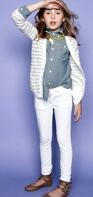 Comment porter: cardigan blanc, chemise de ville en denim grise, jean blanc, ballerines marron
